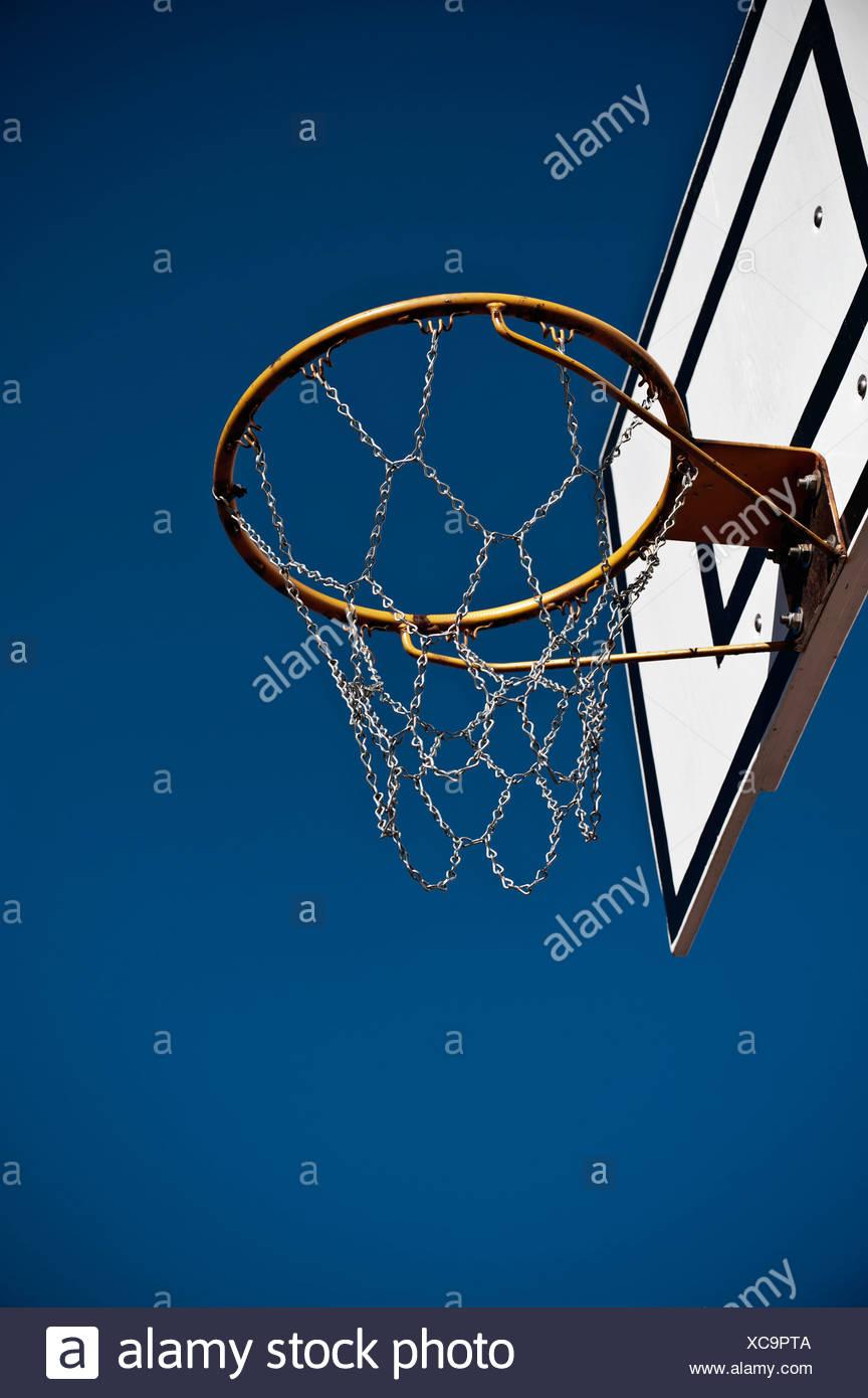 Deutschland, Nordrhein-Westfalen, Düsseldorf, leere Basketballkorb gegen blauen Himmel Stockfoto