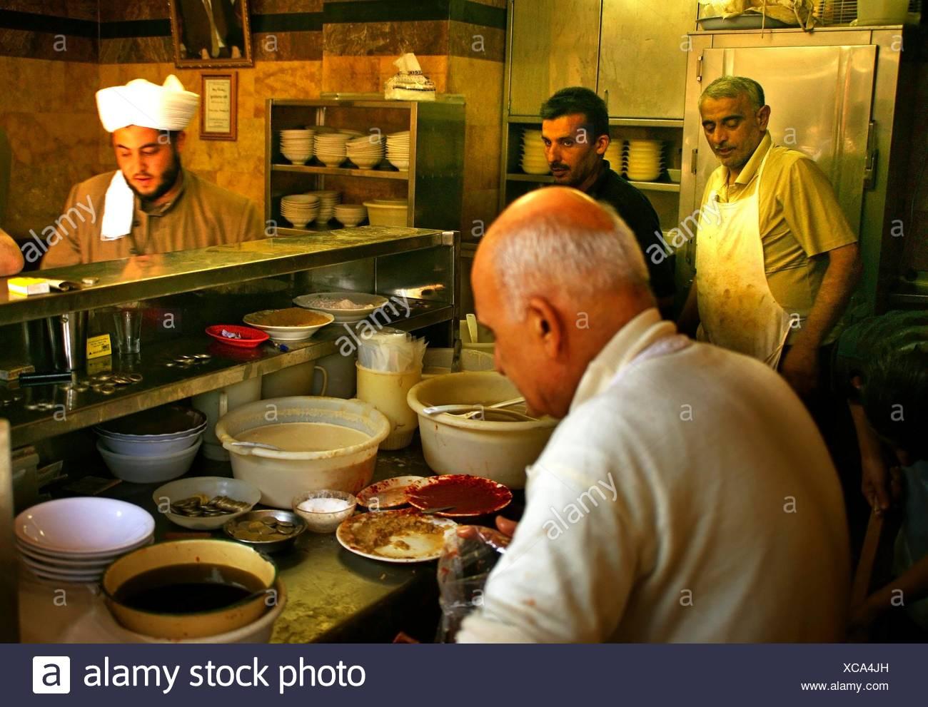 Bei der ´foul´ Bohnen Gipfel Restaurant Abou Abdou im christlichen Bereich des Jdeidé, Aleppo, Syrien Stockbild