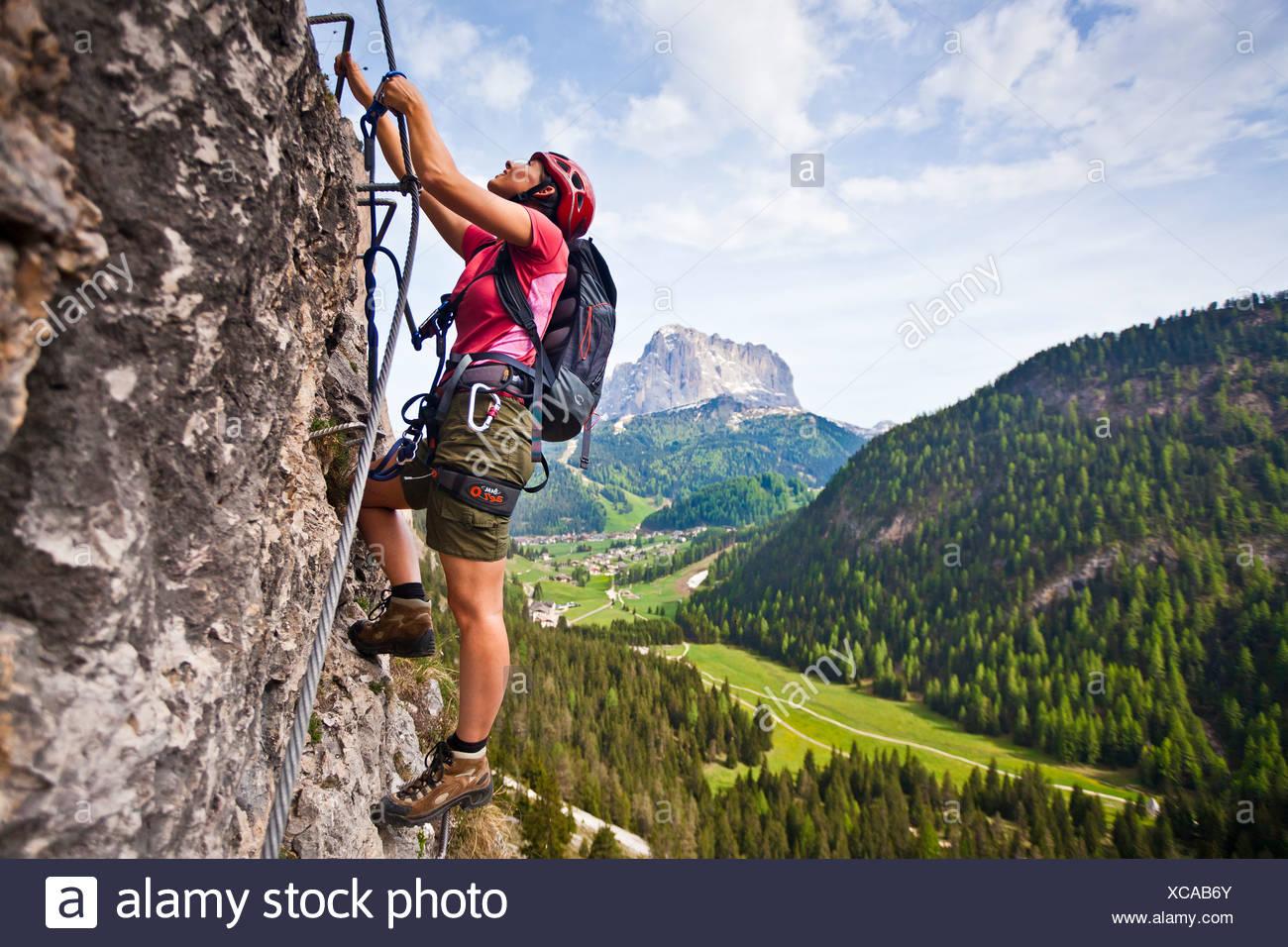 Klettersteig Wolkenstein : Kletterer aufsteigend ein klettersteig auf stevia berg langkofel