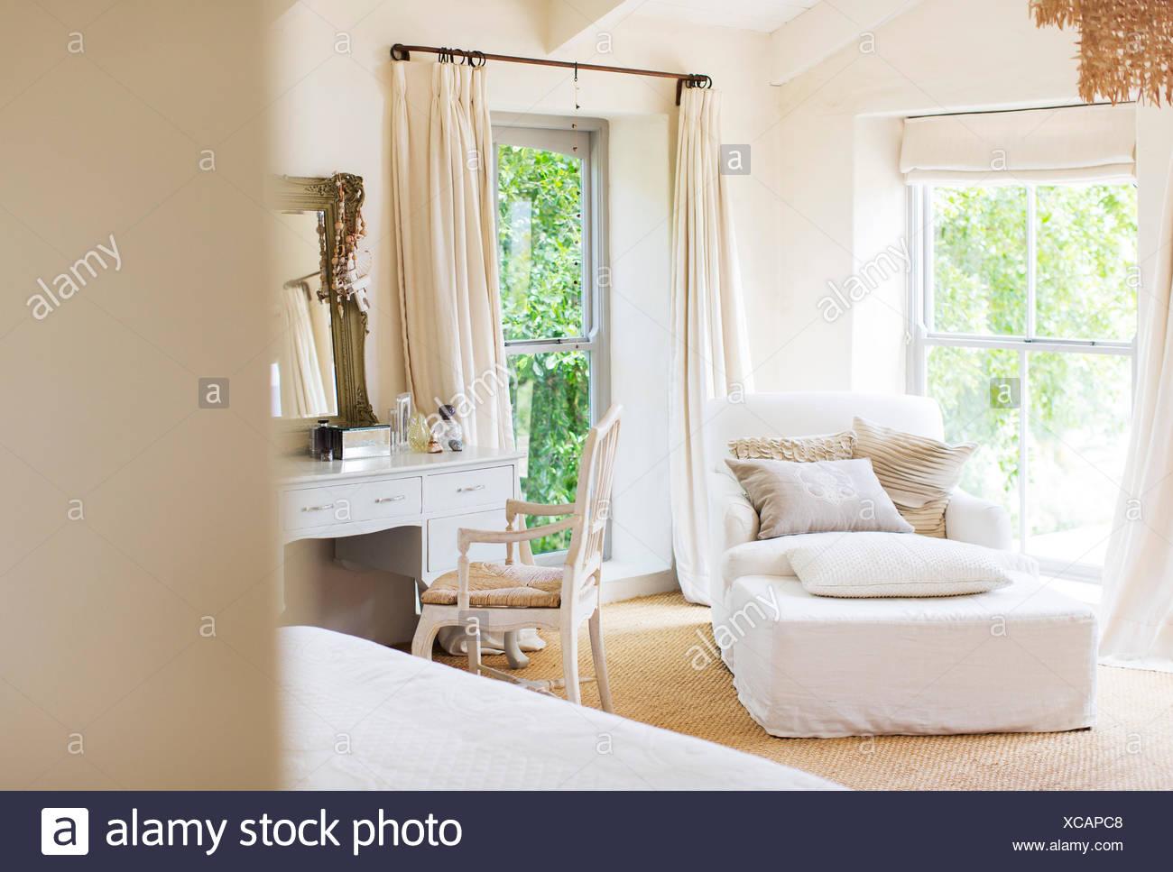 Sessel und Eitelkeit in rustikalen Schlafzimmer Stockbild