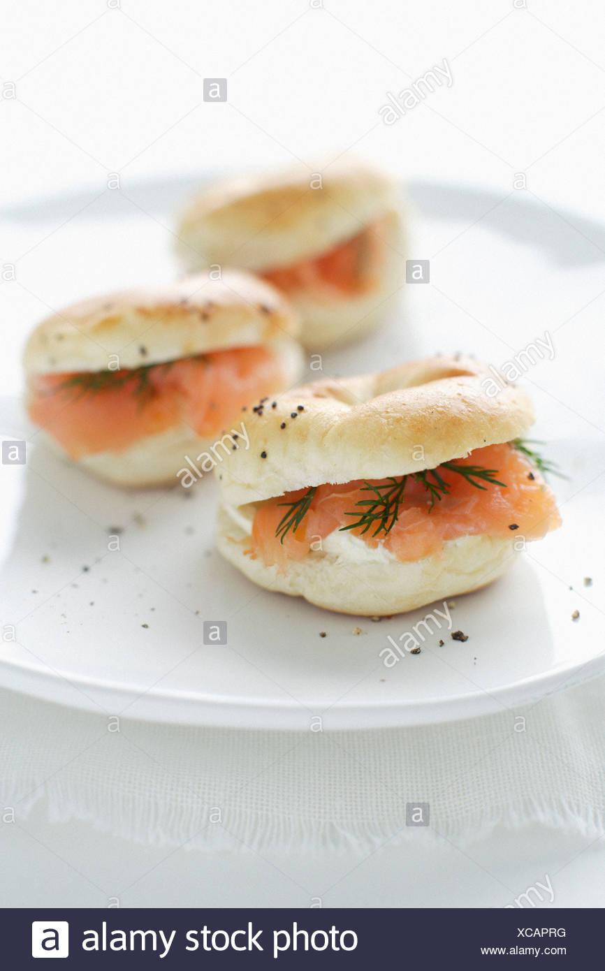 Teller mit Lachs und Frischkäse Bagel Stockbild