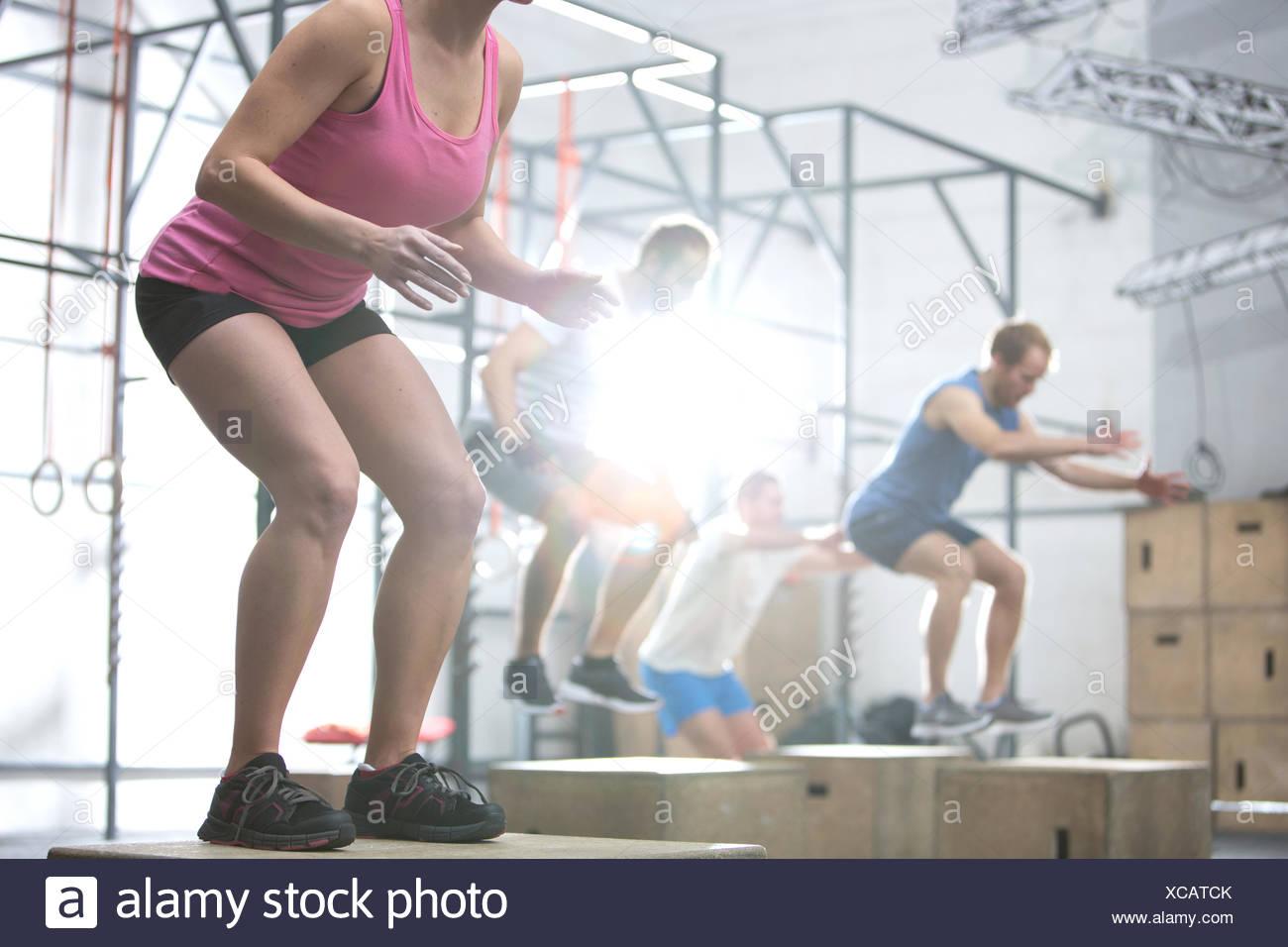 Leute, die Box springen Crossfit Fitnessstudio Stockbild