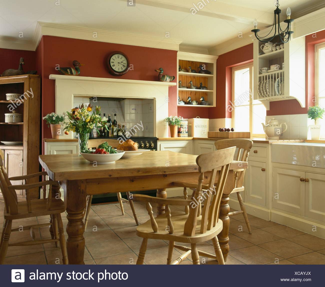 Kiefer Tisch und Stühle im traditionellen roten Bauernküche mit ...