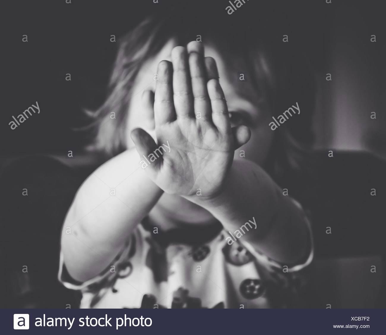 Close-up Portrait eines Mädchens Gesicht versteckt Stockbild