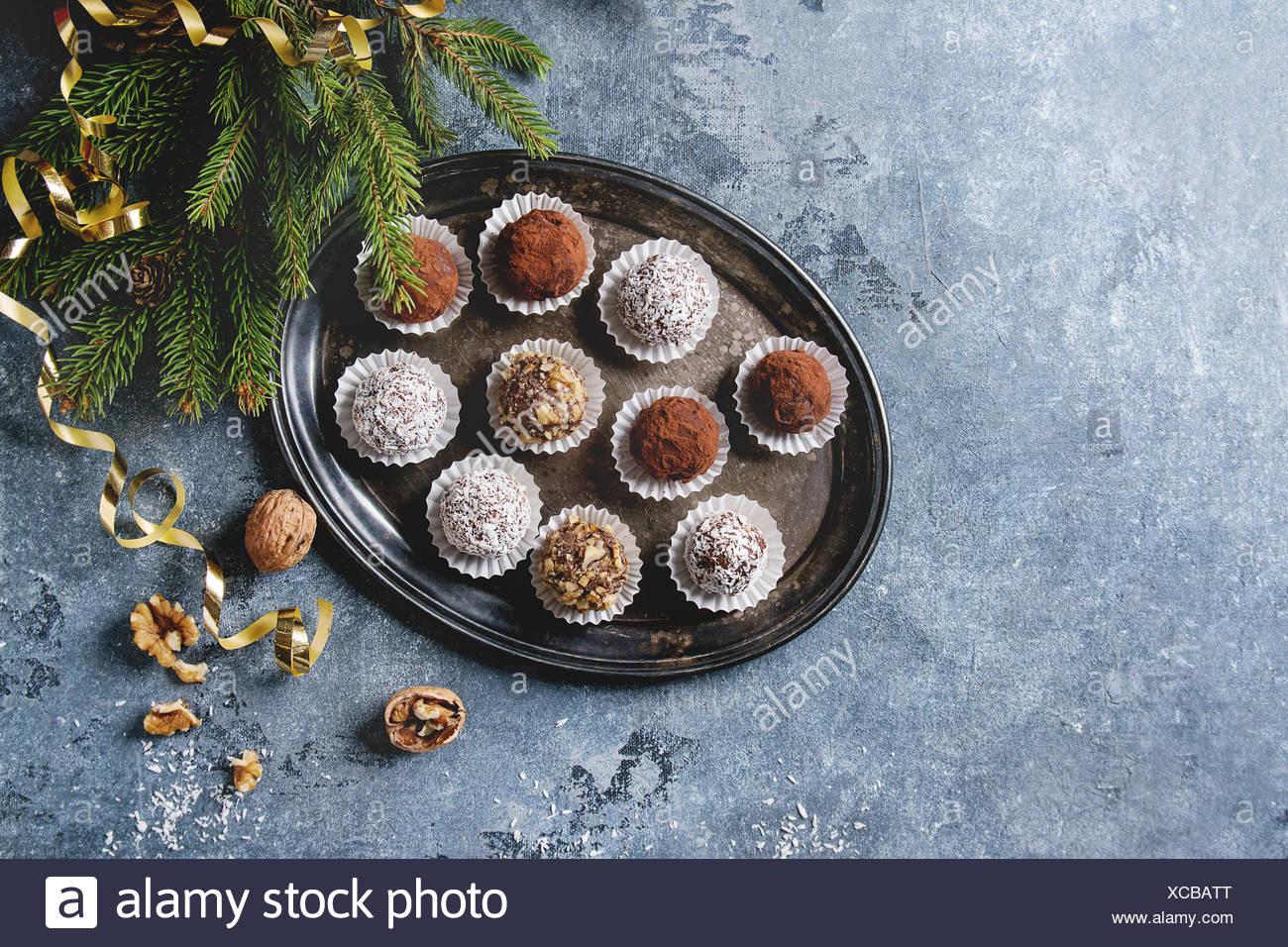 Auswahl an hausgemachten dunkle Schokolade Trüffel mit Kakao ...