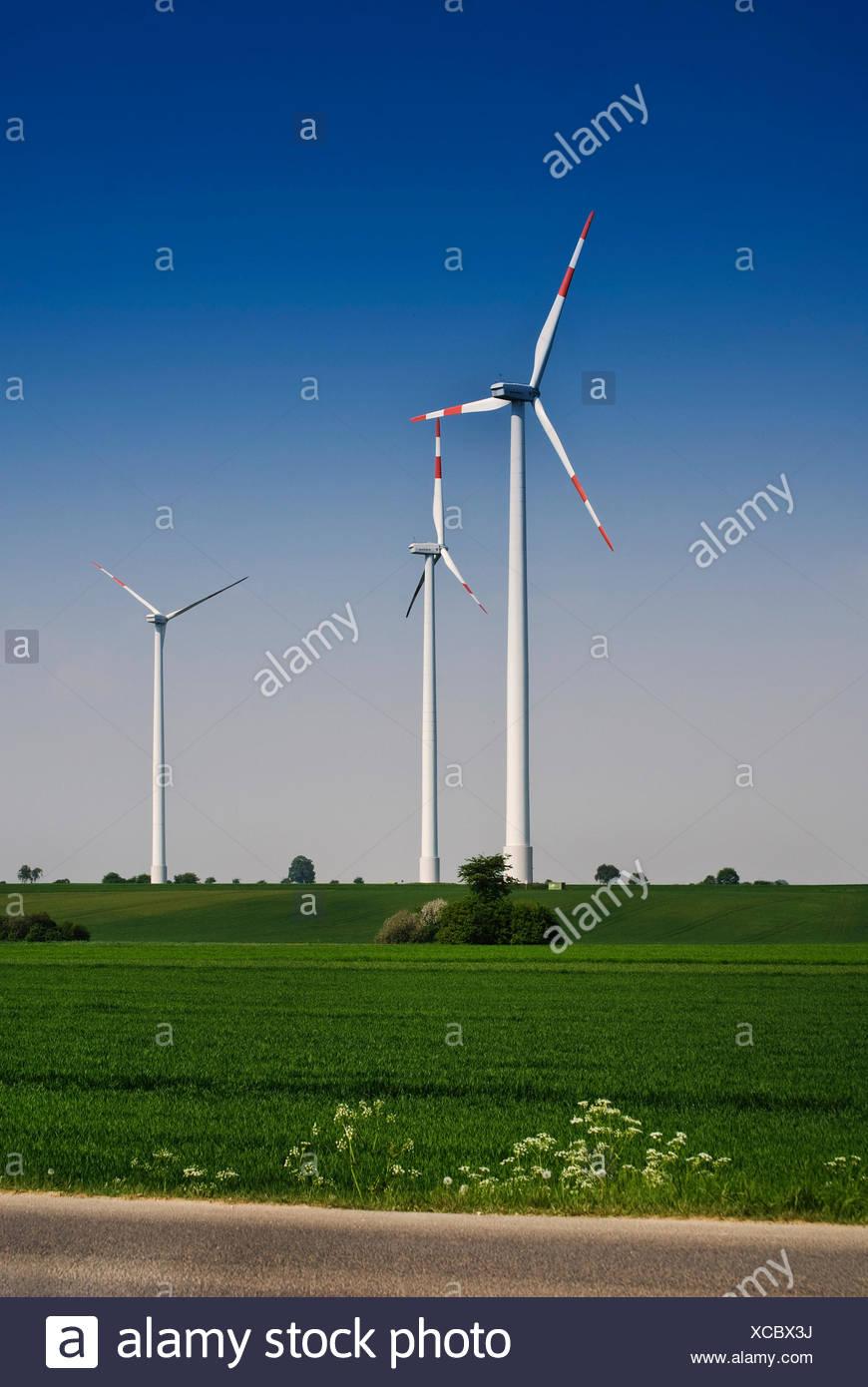 Windkraftanlagen auf dem Festland, Windenergie, erneuerbare Energien, Windenergieanlage Stockbild
