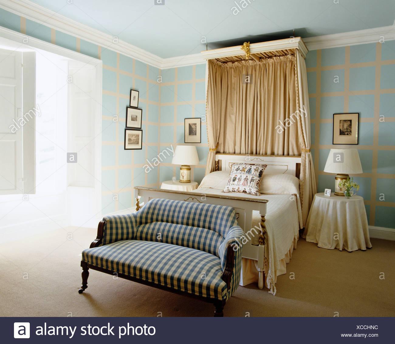 Beige Seide Vorhänge Am Baldachin über Dem Bett Im Blassen Türkis  Schlafzimmer Mit Aufgegebenen Sofa Am Fuße Des Bettes