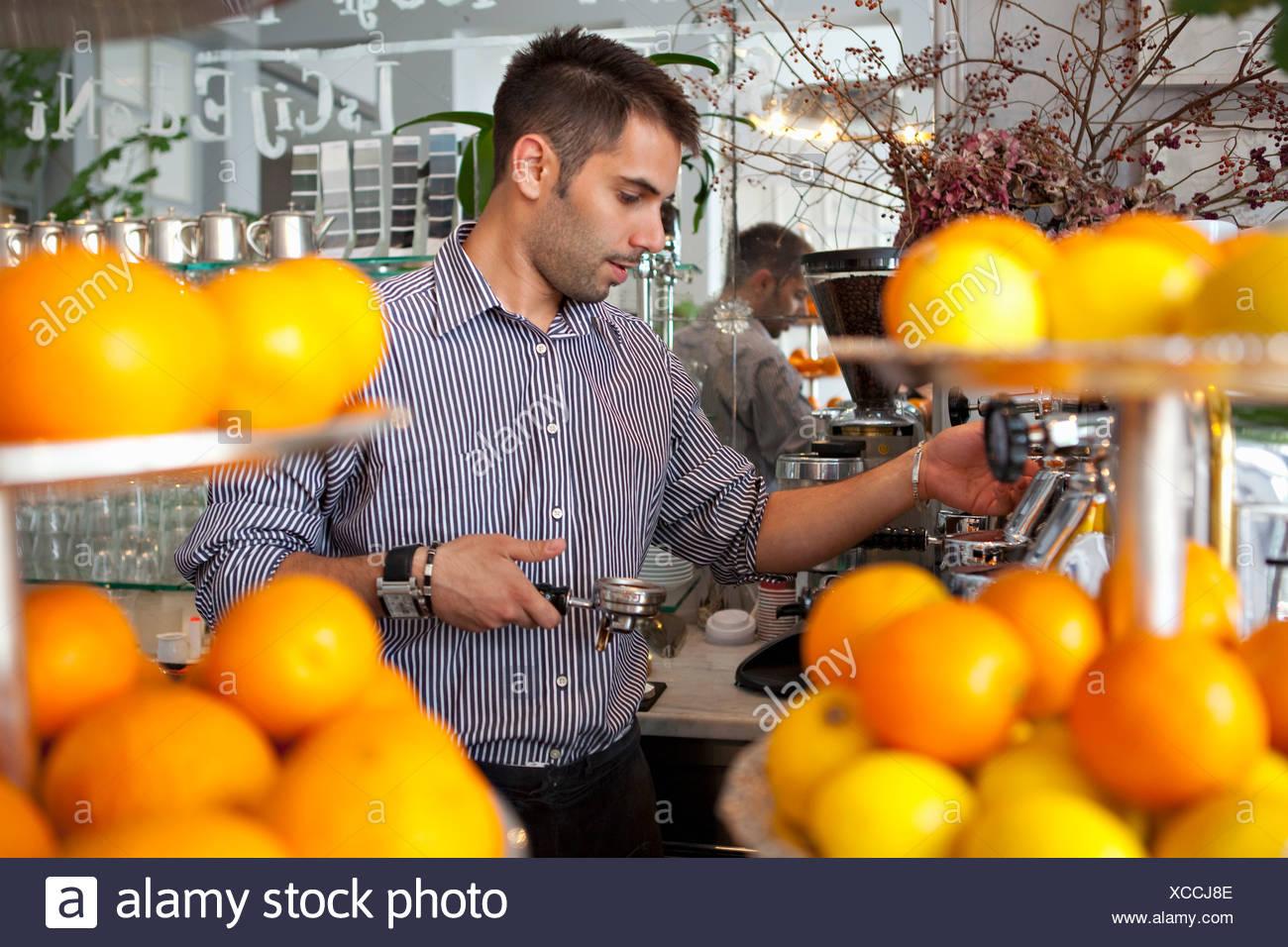 Barkeeper Kaffeezubereitung Stockbild