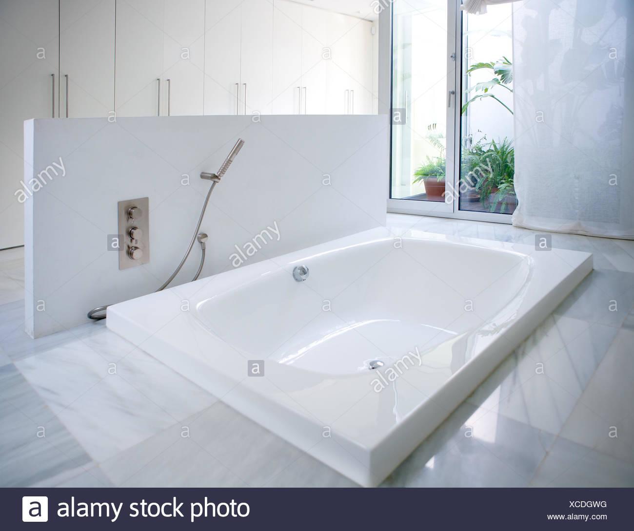 Modernes Weisses Haus Badezimmer Badewanne Mit Marmorboden Und Innenhof Dachfenster Stockfotografie Alamy