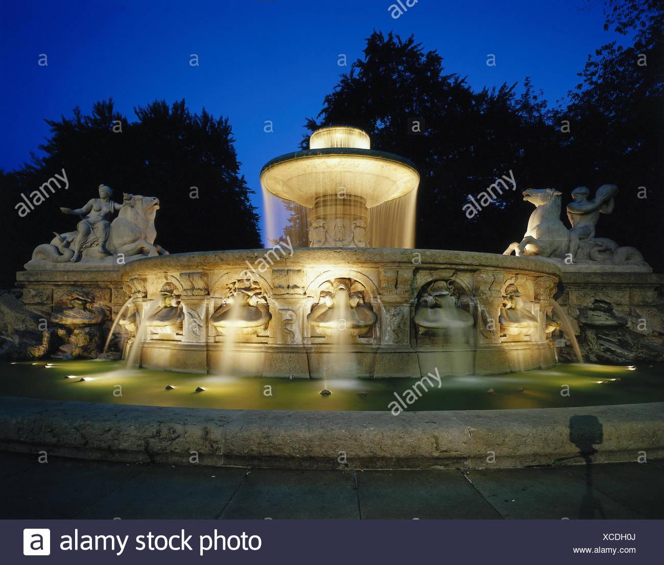 Deutschland Bayern München Wittelsbacher Brunnen Beleuchtung