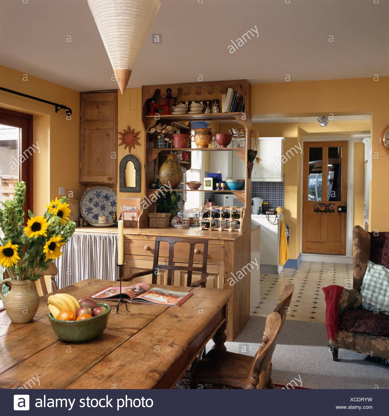 Vase mit gelben Sonnenblumen auf alte Kiefer Tisch in gelbe Küche ...