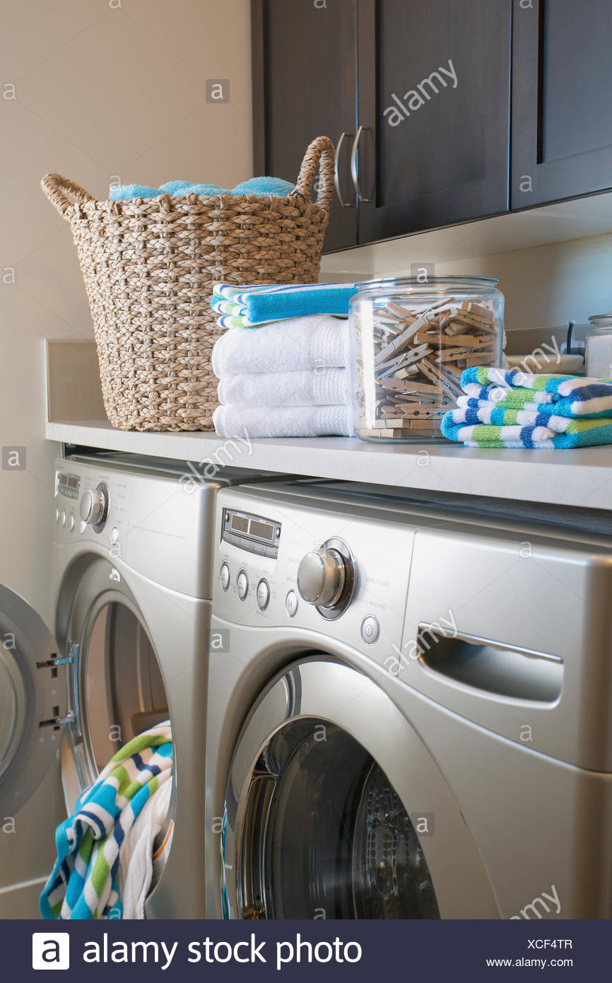Moderne Waschkuche Mit Lagerung Und Waschmaschine Und Trockner