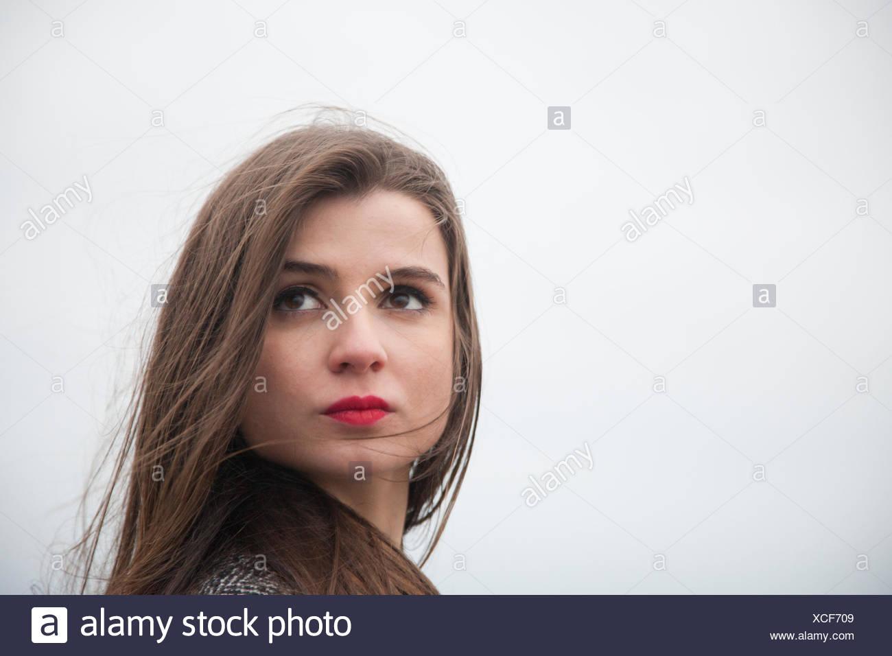 Porträt einer jungen Frau mit langen Haaren Stockbild