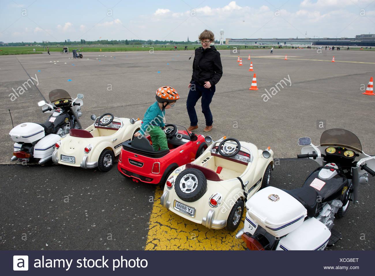 Freizeitbeschäftigung im Freizeitpark auf dem Gelände nicht mehr verwendet, Flughafen Tempelhof, Berlin. Stockbild