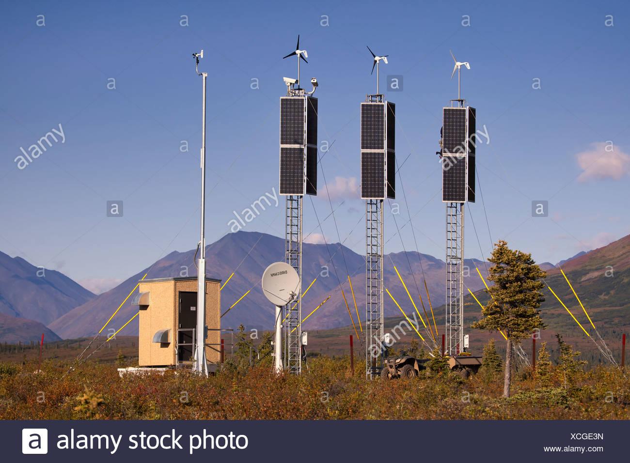 Blick auf eine solar- und Windenergie Generation Kamera vor Ort in der Nähe von Rainy Pass und Puntilla See, Yunan Alaska, Herbst Stockbild