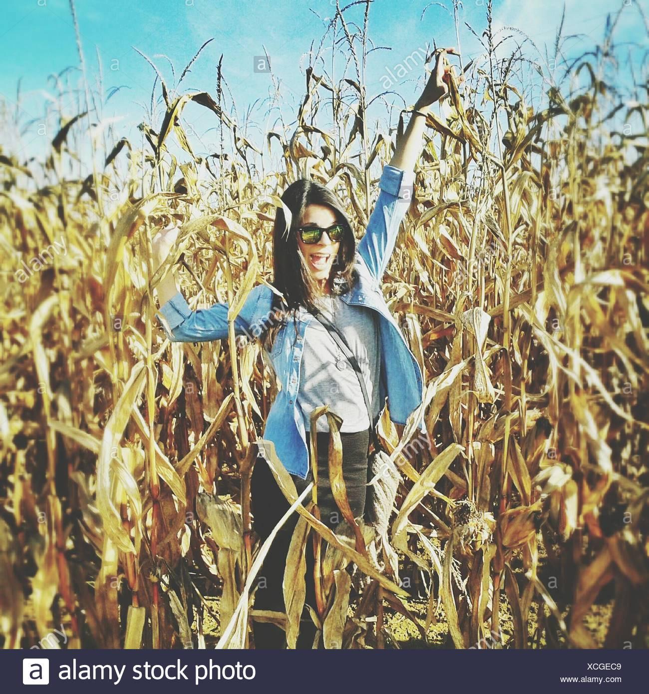 Porträt der glückliche Frau im Bereich Landwirtschaft Stockbild