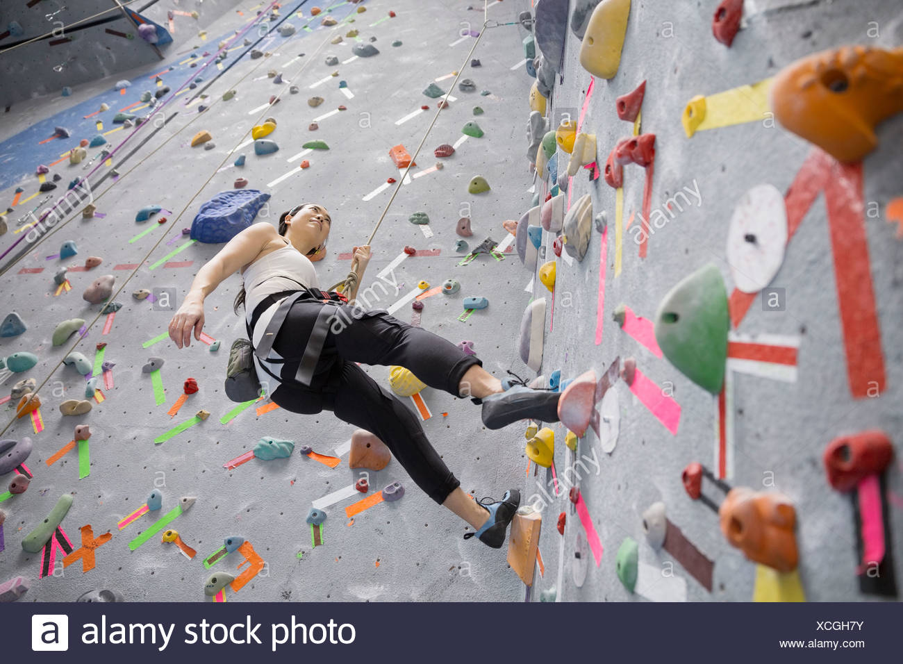 Frau indoor Rock Kletterwand Stockbild