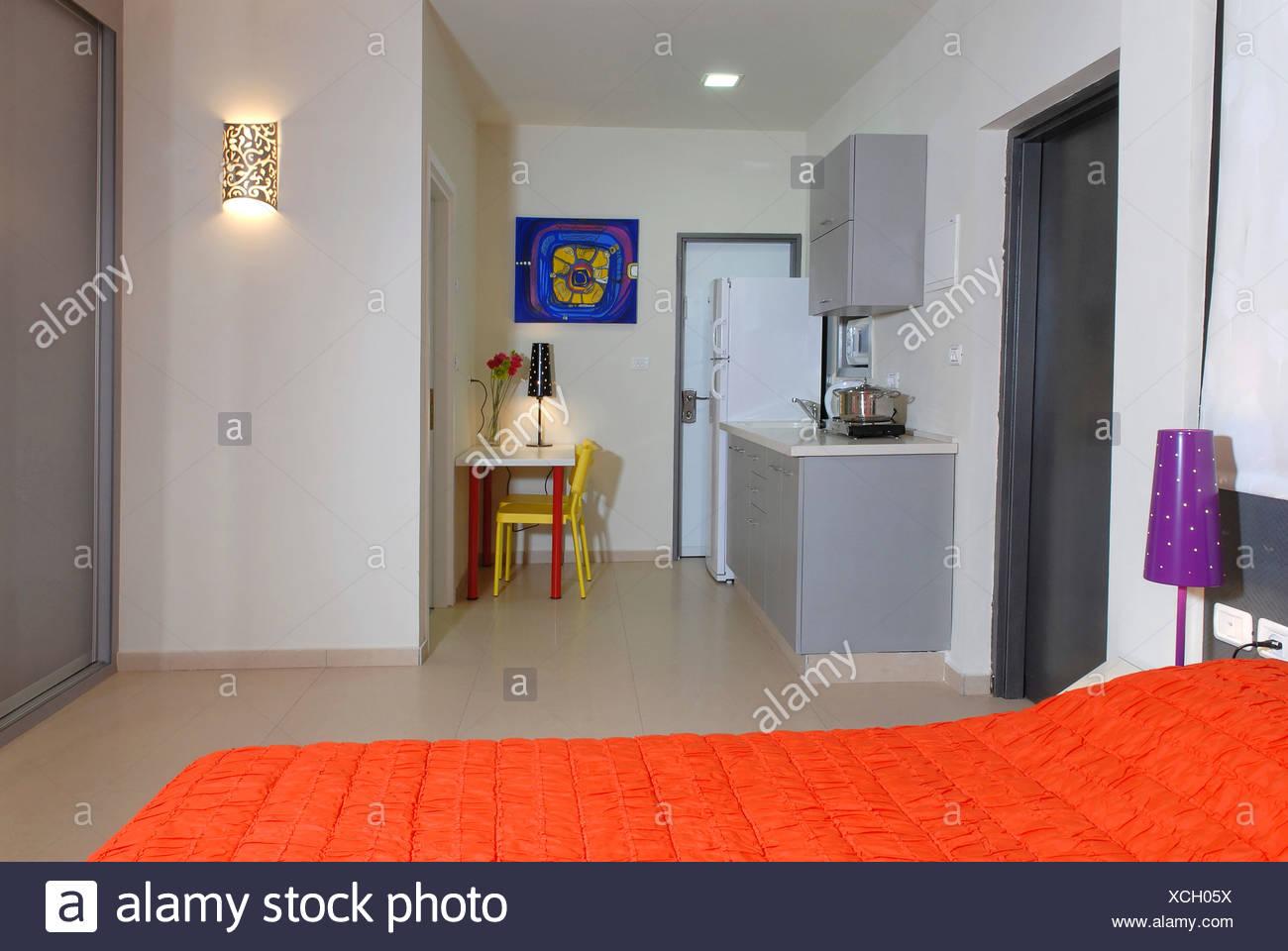 1 Zimmer Studio Apartment Mit Bett Und Kochnische In Aussicht Stockfotografie Alamy