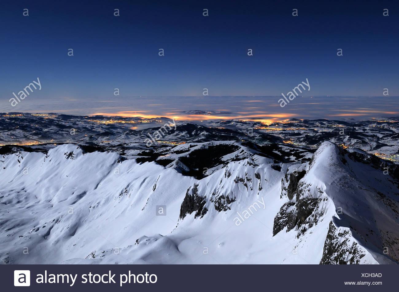 Blick auf den Alpstein Range während einer Vollmondnacht im Rücken das Appenzellerland, Kanton Appenzell Innerrhoden, Großbrit Stockbild
