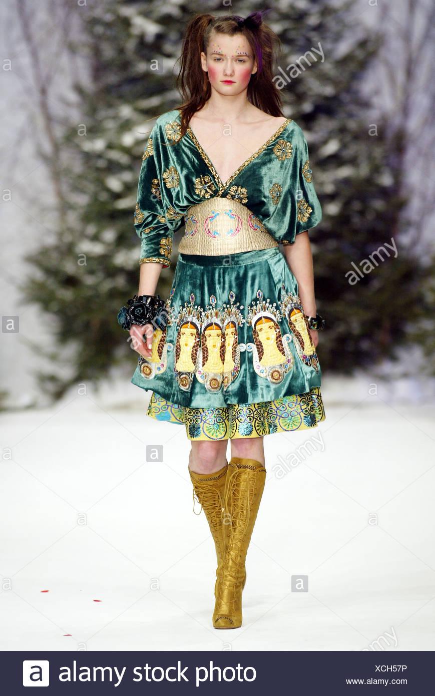 8f38e12d98c Manish Arora London bereit zu tragen-Herbst-Winter-Brünette weibliches  Modell trägt eine grünen Samt Kleid aufwendige gold ethnischen