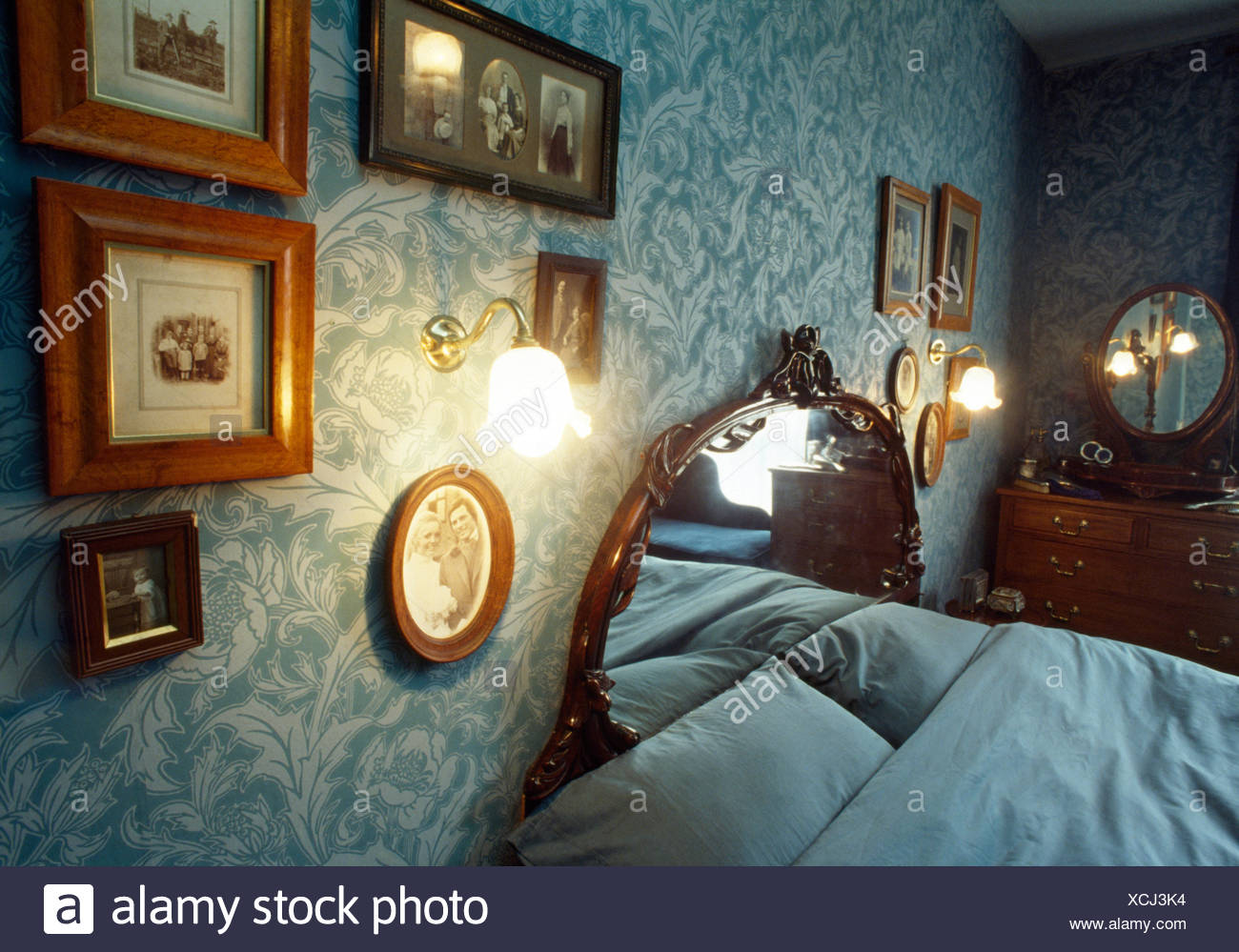 Gespiegelte Kopfteil auf Bett in siebziger Jahre mit blauen Tapeten ...