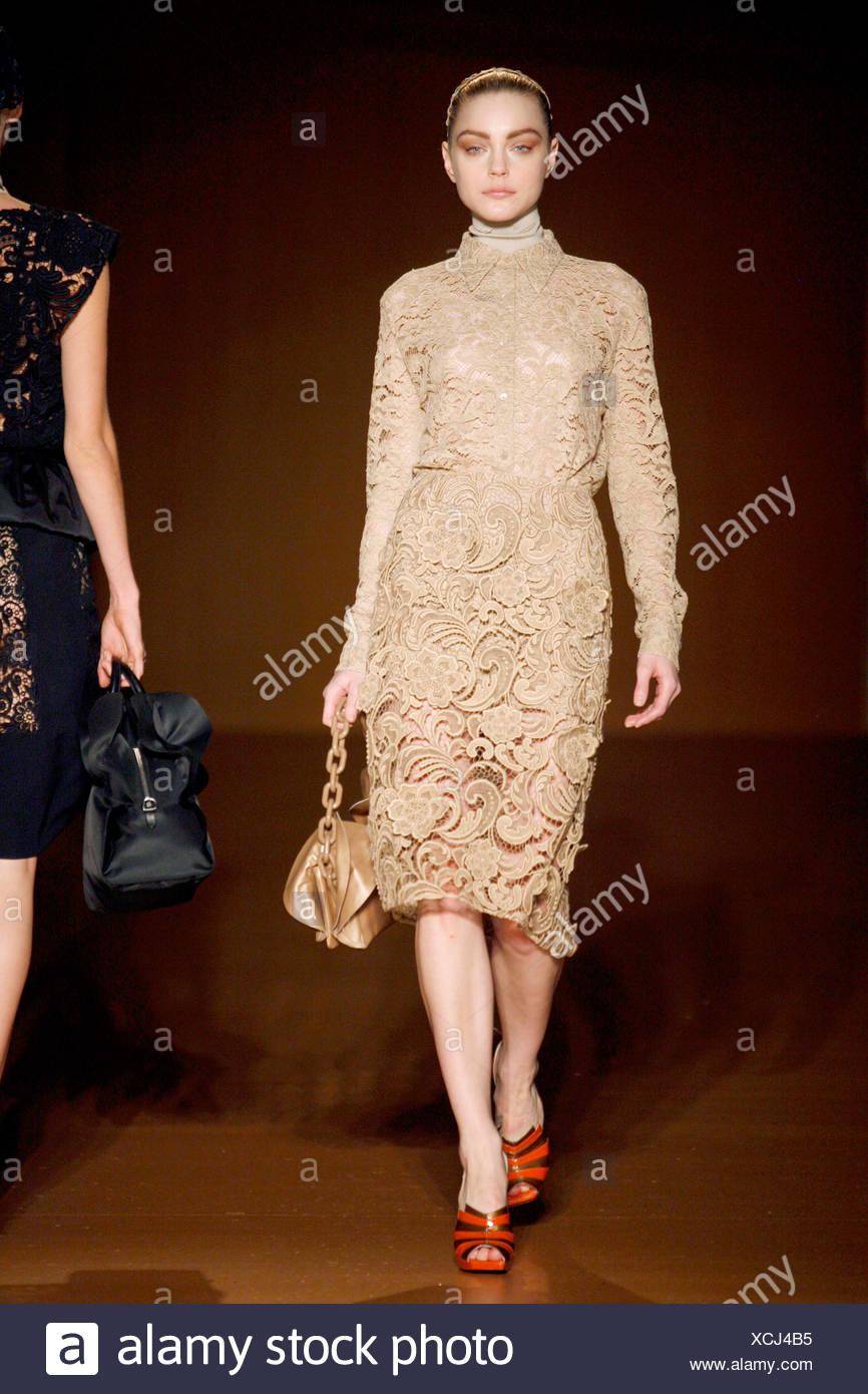 d437339df27de Prada Mailand bereit zu tragen Herbst Wintermodell Beige Knie Länge Spitze  Kleid mit hohem Kragen und