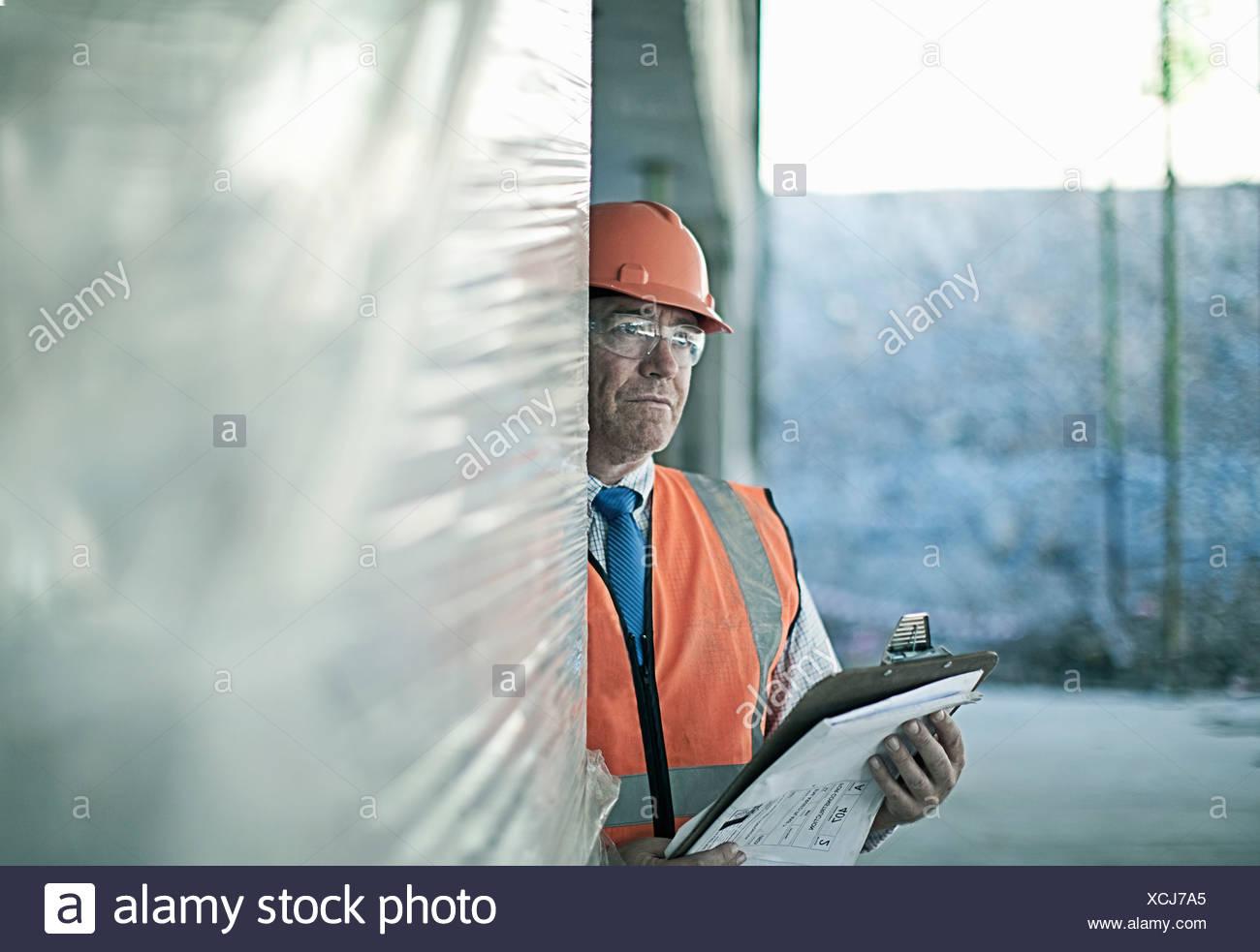 Geschäftsmann, stehend auf Baustelle Stockbild