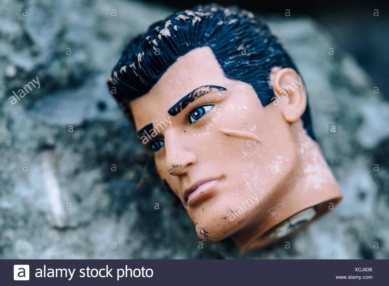 Nahaufnahme des gefallenen Mannequin auf Felsen Stockbild