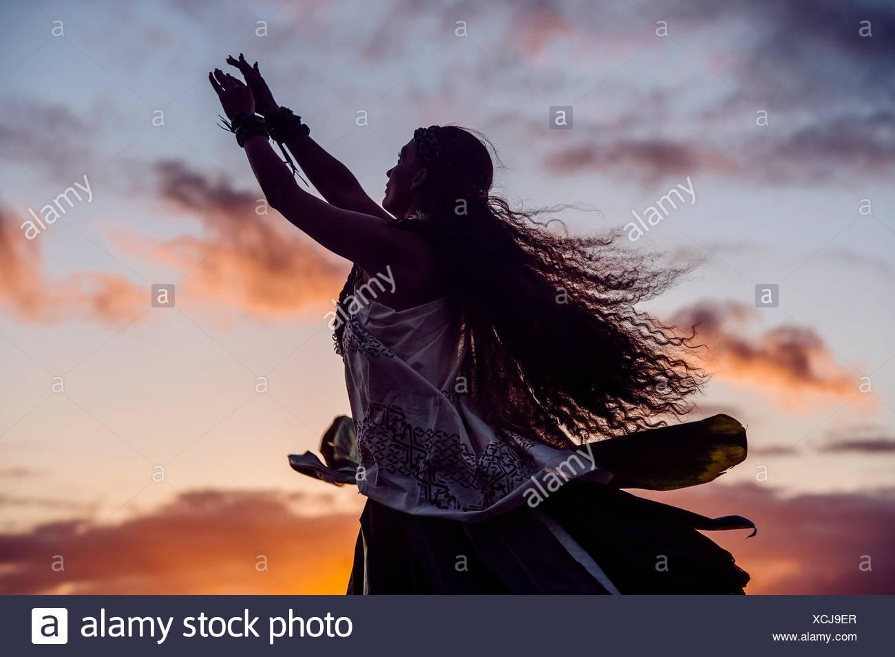 Silhouette Frau Hula tanzen tragen Tracht in der Abenddämmerung, Maui, Hawaii, USA Stockbild