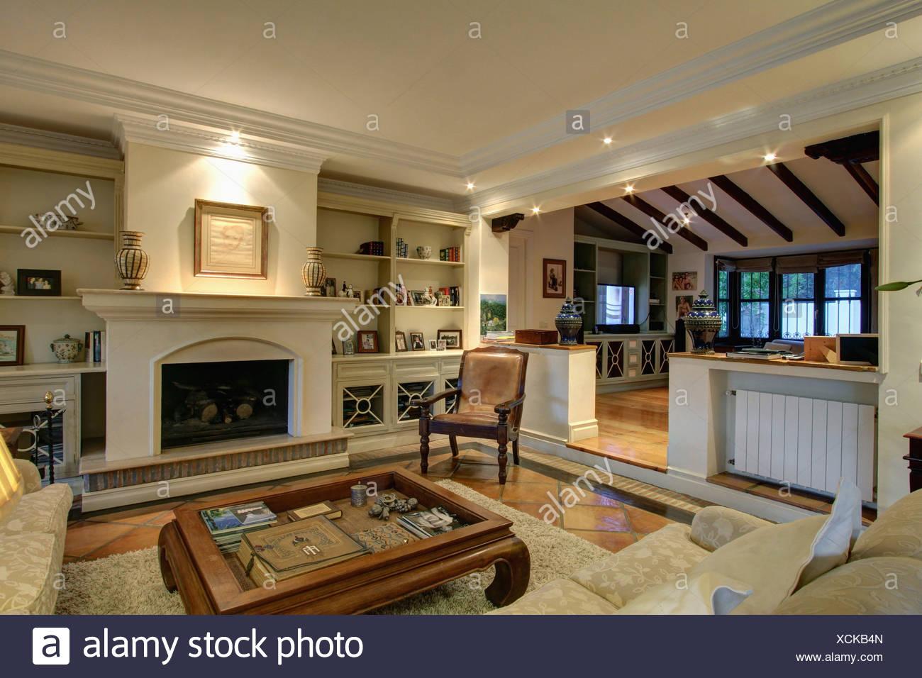 Merveilleux Couchtisch Kamin Im Offenen Wohnbereich Große Spanische Villa Mit Alkoven  Regale Und Einschub Heizkörper