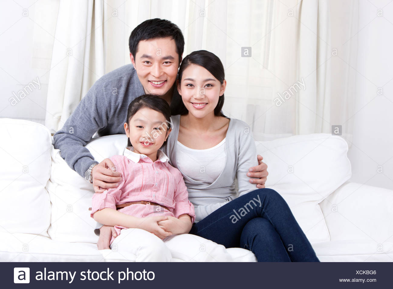 Happy Family im Sofa Stockbild