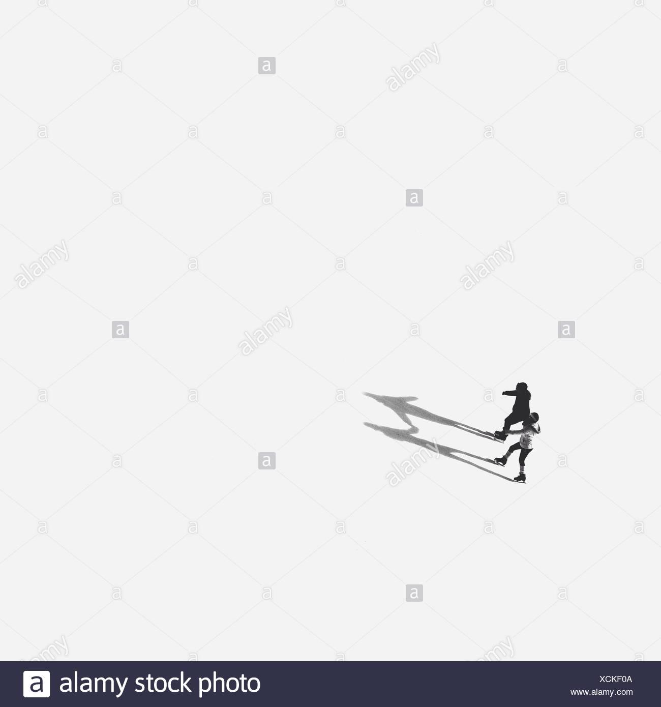 High Angle View Of Menschen Eislaufen am zugefrorenen See Stockbild