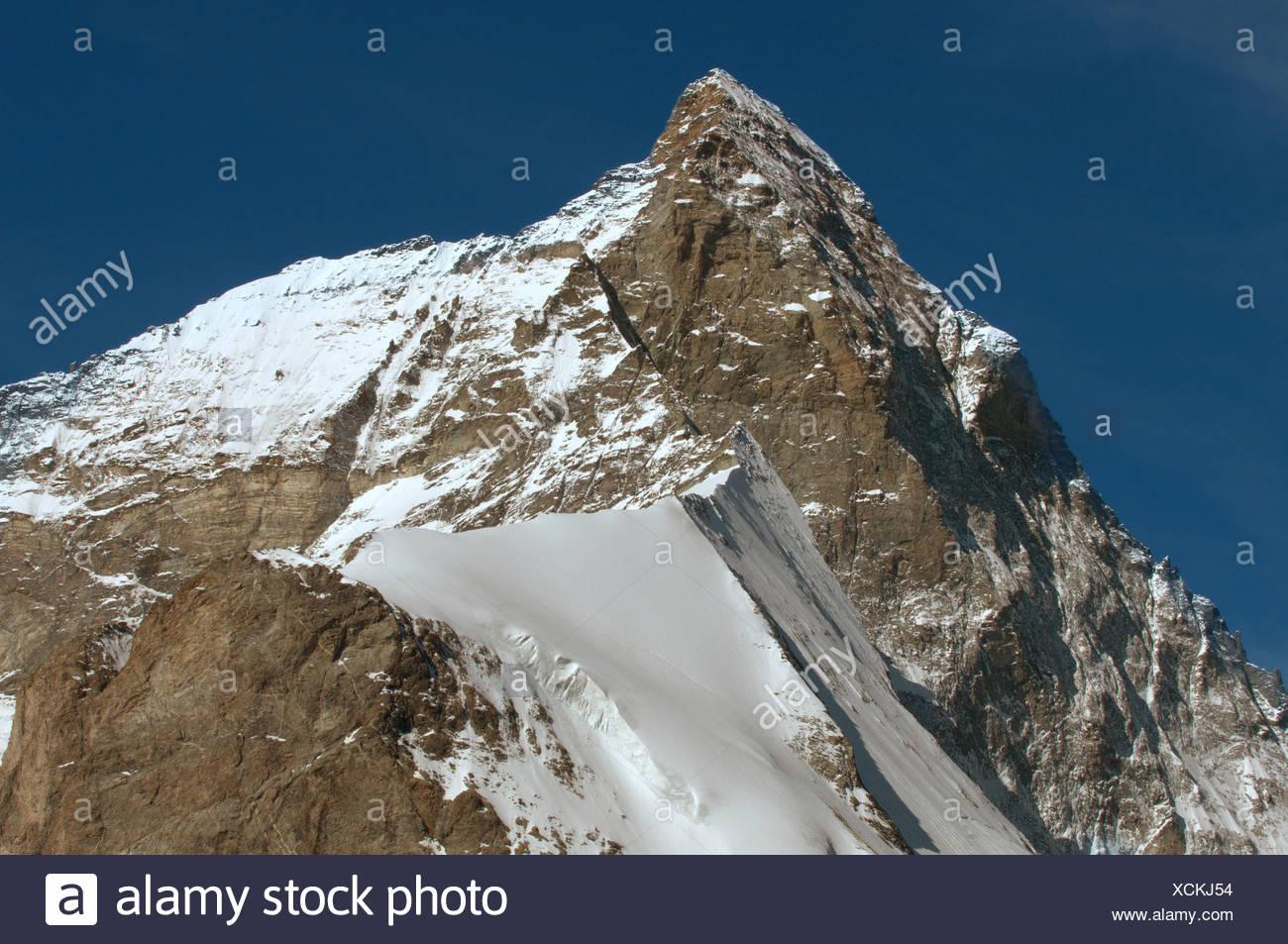 Die Gipfel und West Gesicht des legendären Matterhorm in den Schweizer Alpen oberhalb von Zermatt Stockbild