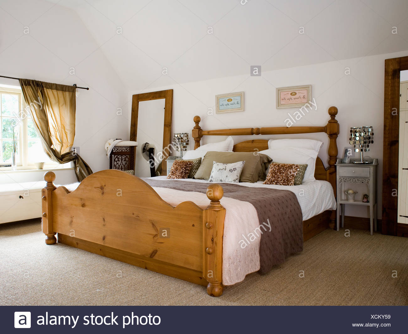 Große Kiefer Bett mit weißer Bettwäsche und braune werfen im Land ...