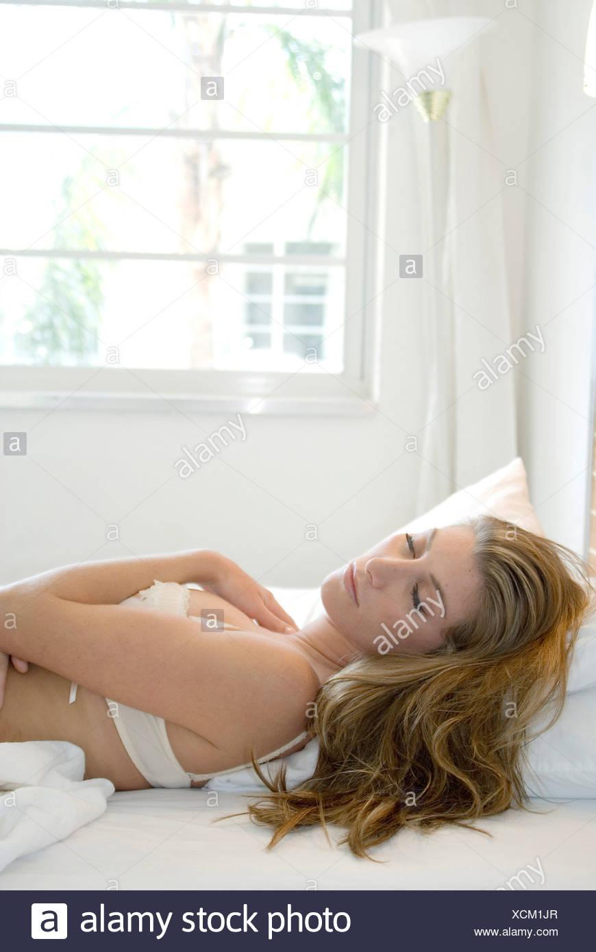 Frauen Mit Langen Blonden Haaren Tragen Weiße Bh Geschlossen Auf