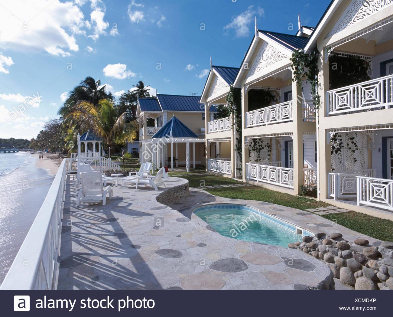 Kleiner Pool Auf Gepflasterten Terrasse Vor Grossen Haus Mit