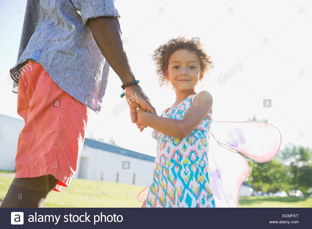 Porträt von netten Mädchen Väter Hand hält Stockbild