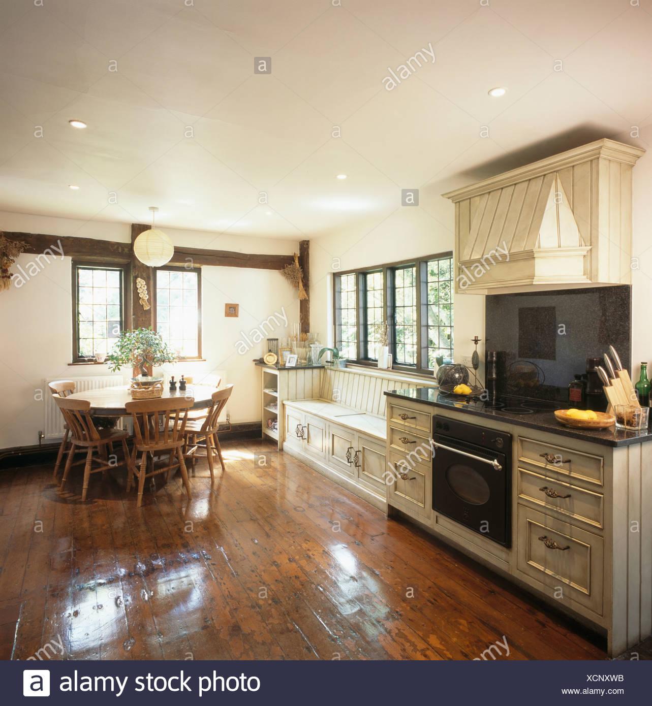 Polierten Holzdielen und Holztisch und Stühle im Landhaus ...