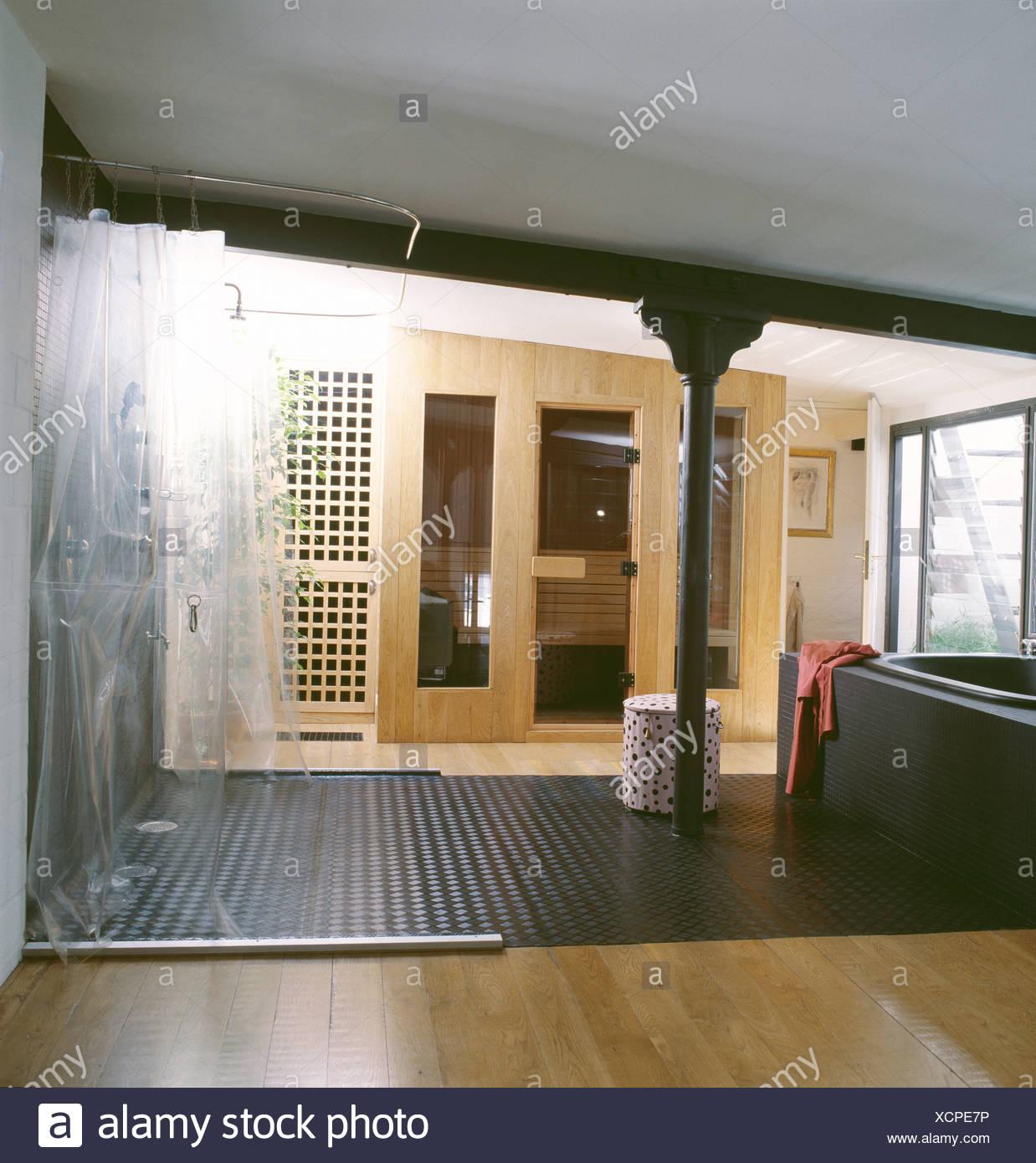 Dieses Loft-Apartment in Berlin hat großes Badezimmer mit gefliesten ...