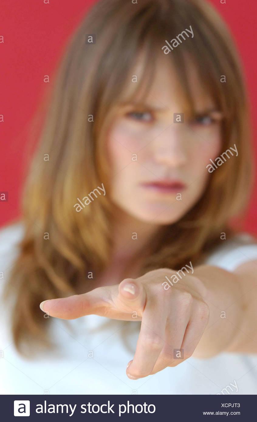 Verschwommene Weibliche Lange Hellbraune Haare Und Fransen Tragen