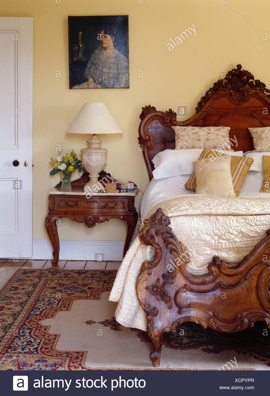 Antikes Bett Mit Creme Seide Steppdecke Und Kissen Im Traditionellen