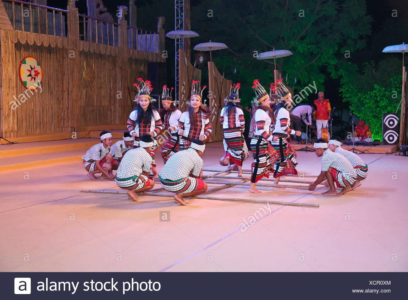 Mizoram Tribal TänzerInnen traditionelle Cheraw Tanz (Bambus-Tanz). Farbenfrohe und unverwechselbare Tanz der Mizos charakterisiert durch die Stockbild