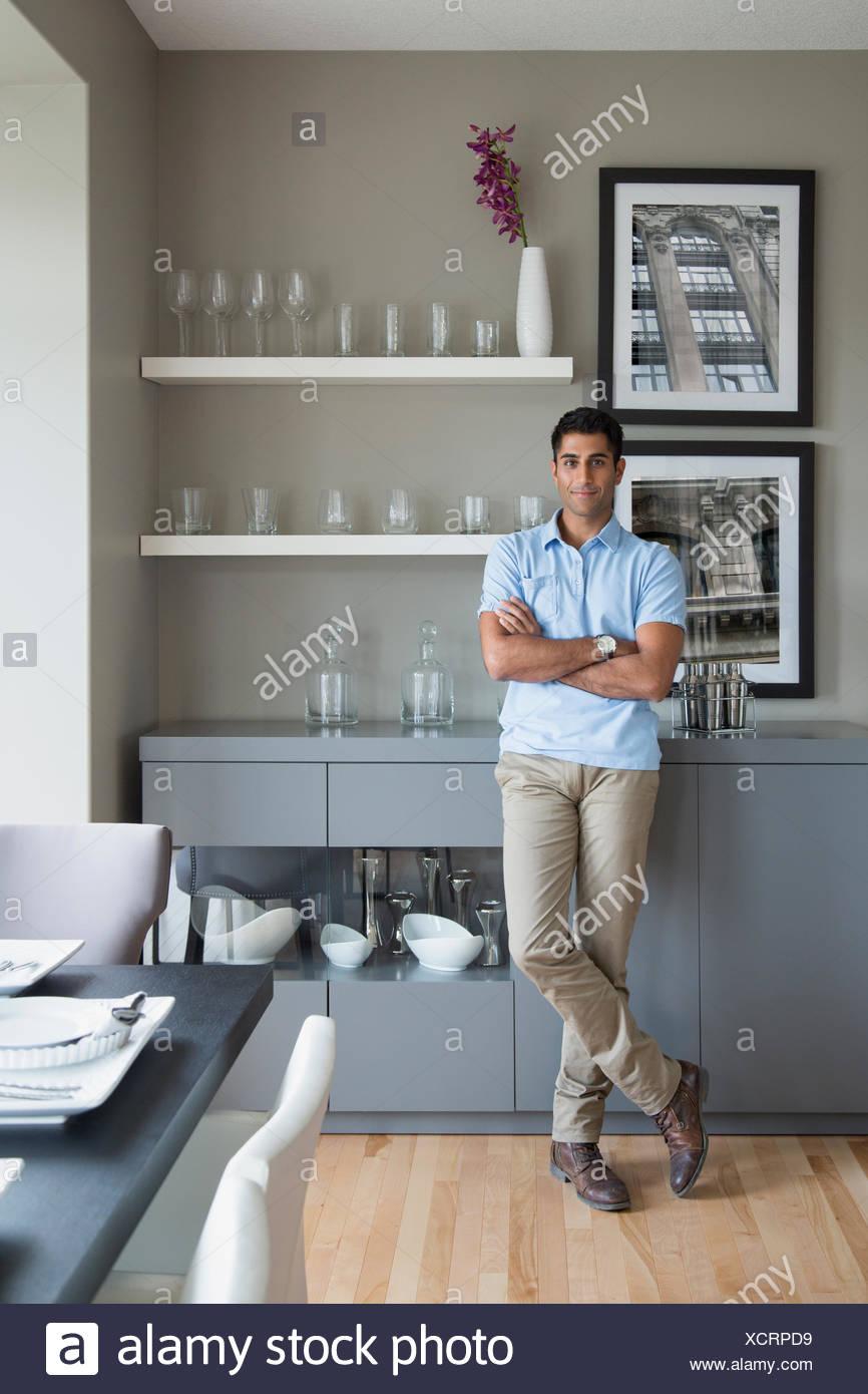 Porträt von zuversichtlich Mann in der Küche Stockbild