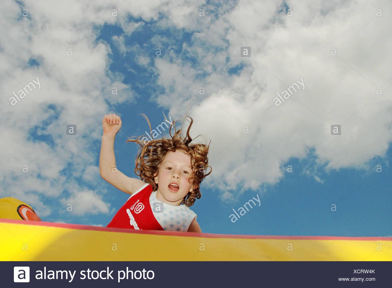 Mädchen auf der Hüpfburg springen Stockbild