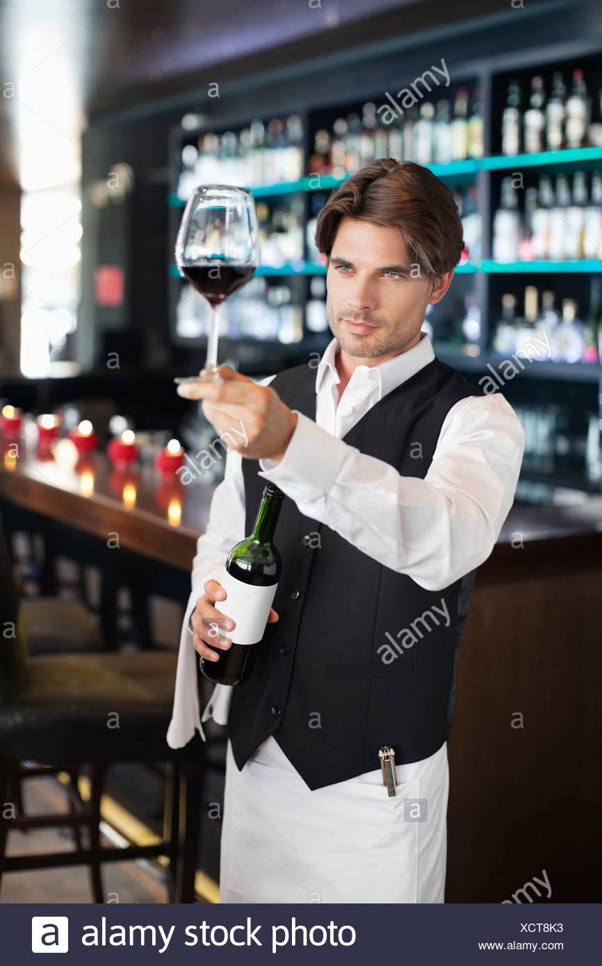Sommelier Prüfung Glas Rotwein in bar Stockbild