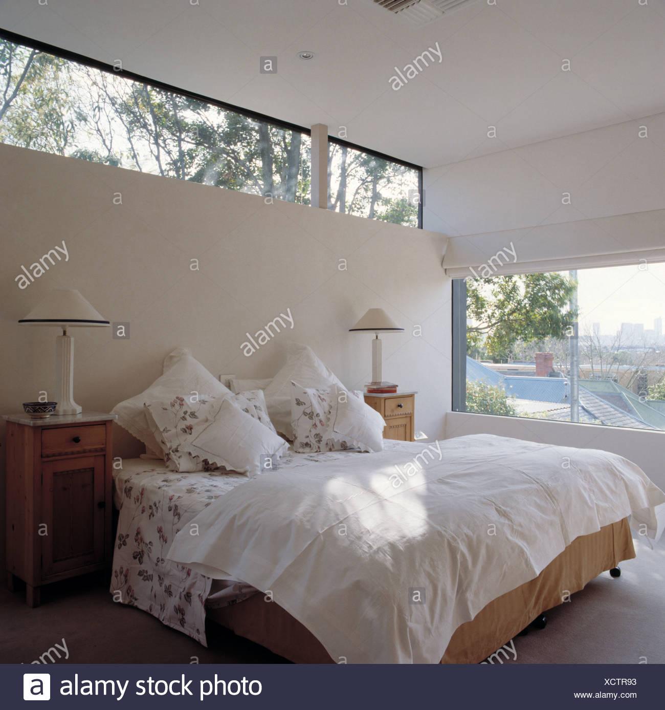 Schmale Fenster Uber Dem Bett Mit Weissen Kissen Und Quilt In Hellen Und Luftigen Moderne Schlafzimmer Mit Weissen Lampen Auf Nachttischen Stockfotografie Alamy