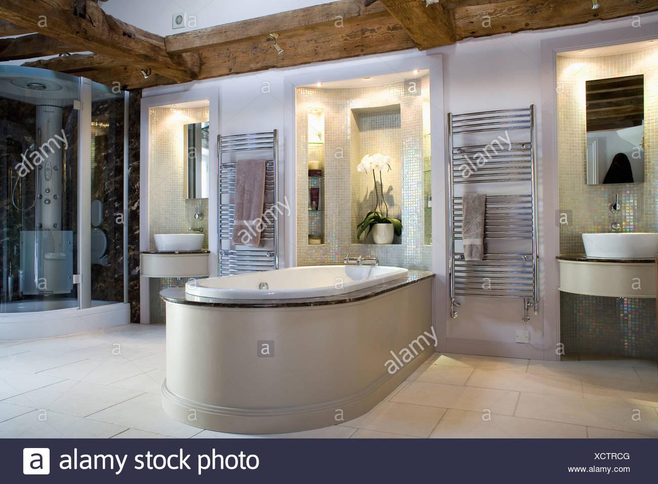 Becken in beleuchtete Nischen im modernen Badezimmer mit Bad ...