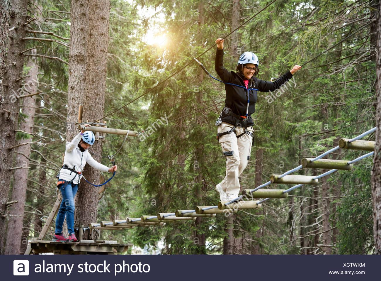 Freunde in Wald mit Hochseilgarten Stockbild