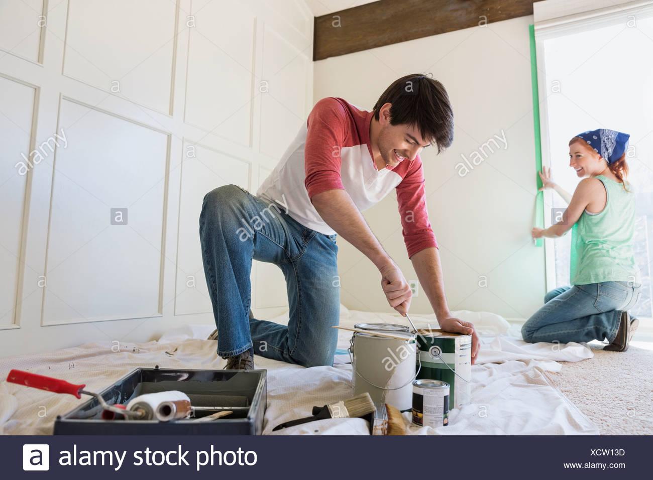 Junges Paar, die Vorbereitung zu Hause malen Stockbild