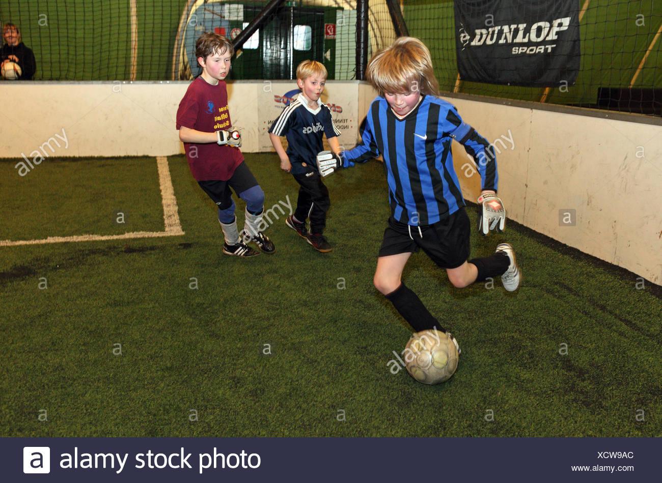 Berlin, Deutschland, spielen Kinder Hallenfußball Stockbild